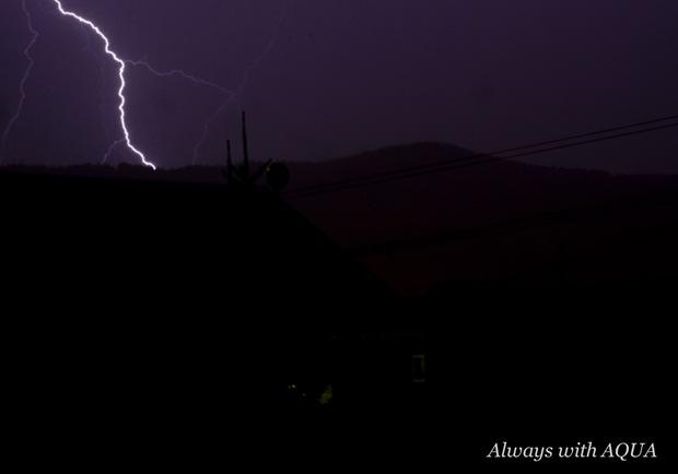 真夜中の落雷