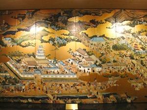 ロビーに飾られた大きな屏風絵