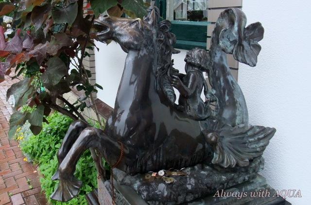 幸運の馬の像